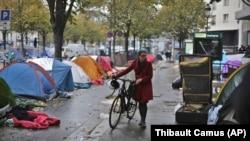 Une femme se promène au milieu des tentes d'un camp de fortune de migrants à Paris, 4 novembre 2016.