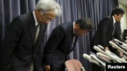 三菱汽車公司總裁相川哲朗(中)在新聞發佈會上與其他公司高管鞠躬道歉
