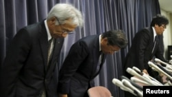 Mitsubishi Motors Corp's President Tetsuro Aikawa (C) bows during a news conference to brief about issues of misconduct in fuel economy tests at the Land, Infrastructure, Transport and Tourism Ministry in Tokyo, Japan, April 20.