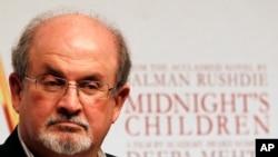 سلمان رشدی نویسنده بریتانیایی در سال 1989 از سوی آیت الله خمینی فتوای مرگ گرفت