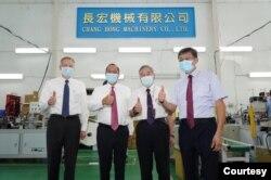 台灣的行政院副院長沈榮津(右二)、美國在台協會台北辦事處處長酈英傑(左一)與長宏機械董事長呂清林(右一)陪同美國衛生部長阿扎爾(左二)於8月12日參觀口罩機工廠。(台灣外交部提供)