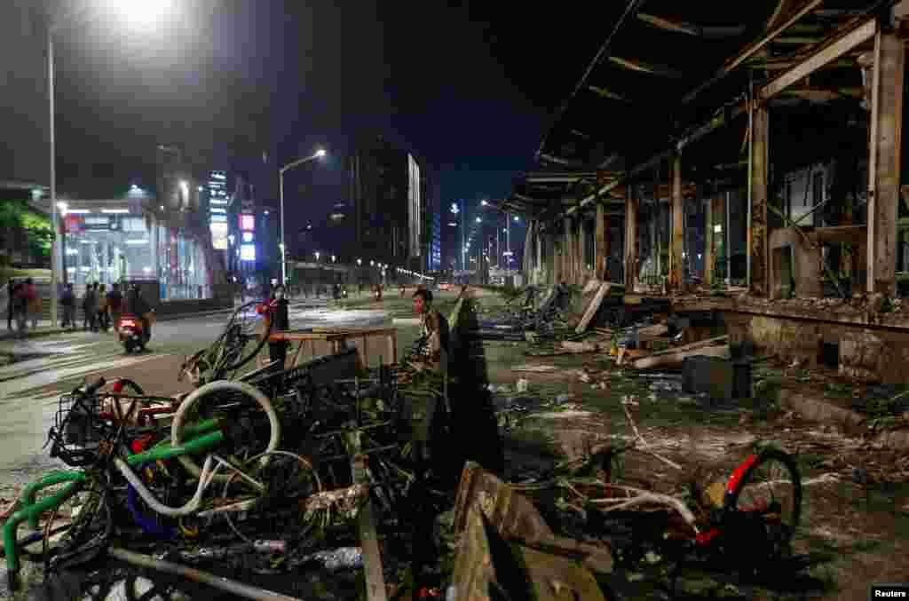 احتجاج کے دوران مظاہرین نے سرکاری املاک کو نقصان پہنچانے کے ساتھ ساتھ عام شہریوں کی گاڑیوں کو بھی نذر آتش کر دیا۔