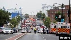Polisi memblokade lokasi penembakan di markas Angkatan Laut AS di Washington DC hari Senin (16/9) pagi.