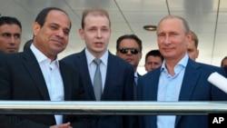 ولادیمیر پوتین، رئیس جمهوری روسیه (سمت راست)، و عبدالفتاح السيسی، رئیس جمهوری مصر (دوم از چپ)، در ملاقاتی در شهر تفريحی سوچی در کنار دریای سیاه (روسیه) – ۲۱ مرداد (۱۲ اوت)