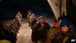 روس کی وزارت دفاع کے مطابق اس کی افواج یوکرین کی سرحد سے واپس روانہ ہو رہی ہیں۔ 23 اپریل 2021 کا یہ فوٹو روسی وزارت دفاع کے ایک پریس ریلیز سے لیا گیا ہے۔