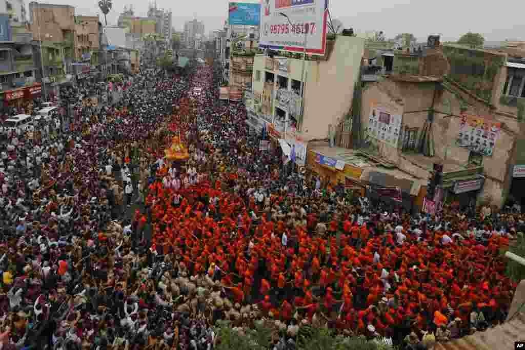 Hindistan'da düzenlenen Rath Yatra festivalinden bir kare...