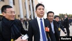 电子商务公司京东(JD.com)的创始人兼首席执行官刘强东于2018年3月5日在北京举行的全国人民代表大会开幕式后离开人民大会堂。