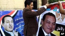 Supporters of Egyptian President Hosni Mubarak hold up portraits of their 82-year-old leader during a small demonstration in his support held in Cairo on October 14, 2010 to mark the 29th anniversary of his accession to power in 1981, following the assass