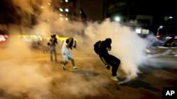 La policía utilizó gas lacrimógeno y pelotas de goma para detener las protestas.