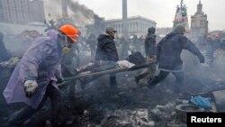 Demonstranti nose povređene učesnike protesta u Kijevu