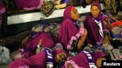Calon jemaah umrah di Bandara Internasional Soekarno-Hatta, Tangerang, setelah pembatalan penerbangan ke Mekkah menyusul penghentian sementara ibadah umrah oleh pemerintah Arab Saudi, Kamis, 27 Februari 2020. (Foto: Reuters)