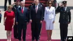 Le président américain Donald Trump et sa femme Melania, avec le Premier ministre israélien Benjamin Netanyahu et sa femme Sara à leur arrivée à Tel Aviv, le 22 mai 2017.