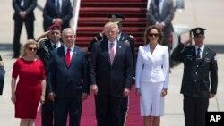 លោកប្រធានាធិបតី Donald Trump និងភរិយារបស់លោកគឺលោកស្រី Melania និងលោកនាយករដ្ឋមន្ត្រីអ៊ីស្រាអែល Benjamin Netanyahu និងភរិយារបស់លោកគឺលោកស្រី Sara ក្នុងក្រុង Tel Aviv កាលពីថ្ងៃទី២២ ខែឧសភា ឆ្នាំ២០១៧។