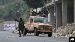 Para pejuang pro-pemerintah mengambil posisi di jalanan saat terjadi tembak menembak dengan pemberontak Houthi, di Taiz, Yaman, (15/12).