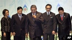 ປະທານາທິບໍດີອິນໂດເນເຊຍ ທ່ານ Susilo Bambang Yudhoyono (ກາງ) ລົງມາຈາກເວທີ ຫຼັງຈາກໄດ້ມີ ການຖ່າຍຮູບຮ່ວມກັນໃນພິທີເປີດກອງປະຊຸມລັດຖະມົນຕີການຕ່າງປະເທດຂອງອາຊ່ຽນ ທີ່ເກາະບາຫຼີ ອິນໂດເນ ເຊຍ (19 ກໍລະກົດ 2011)