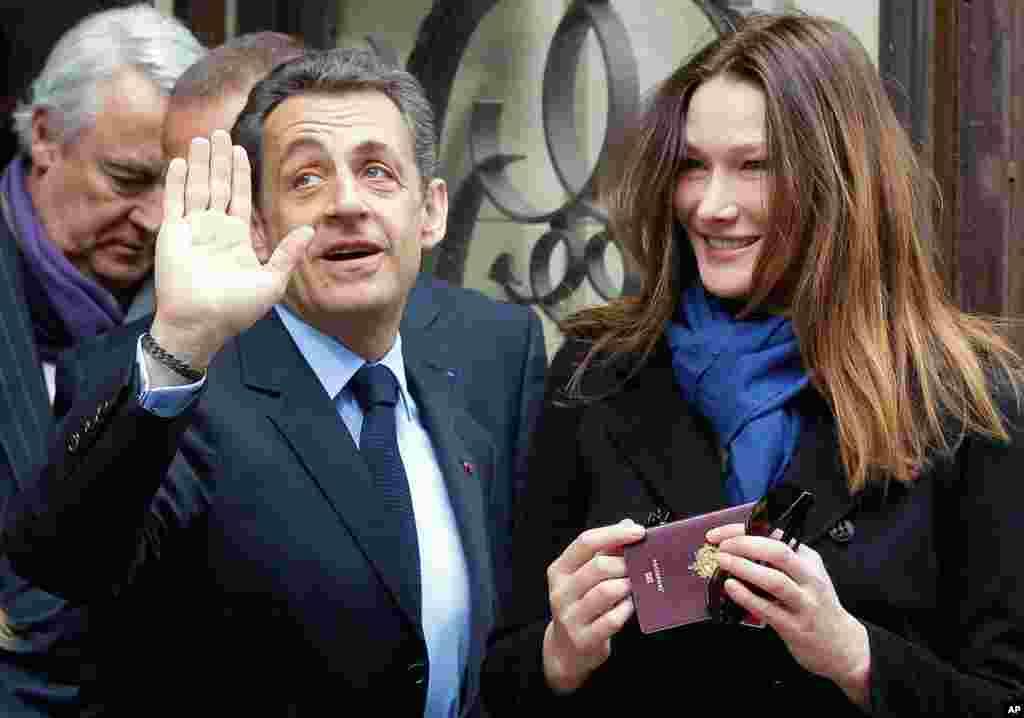 Tổng thống Nicolas Sarkozy và phu nhân Carla Bruni-Sarkozy, sau khi bỏ phiếu tại Paris, ngày 22 tháng 4 (AP)
