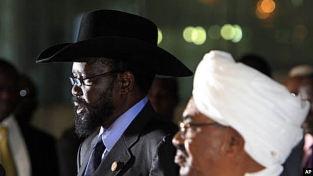 Sudanese President Omar al-Bashir (R) listens as his South Sudanese counterpart Salva Kiir speaks during a joint news conference, before Kiir's departure at Khartoum Airport (file photo)