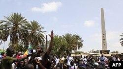 Ca sĩ nhạc Rap Thiat của Senegal, đứng đầu một nhóm đối lập, nói chuyện với đoàn biểu tình phản đối việc Tổng thống Senegale ra tranh cử nhiệm kỳ thứ ba