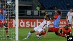 Les joueurs de la sélection nationale de la RDC en bleu et rouge défendent leur but contre une attaque de Yassine Chikhaoui de la Tunisie, à gauche, lors d'un match entre la RD Congo et la Tunisie en phase finale de la Coupe d'Afrique des Nations à Bata, en Guinée équatoriale, 26 janvier 2015.