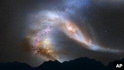 Gambar ilustrasi yang dirilis oleh NASA melukiskan pemandangan sesaat sebelum galaksi Bima Sakti menyatu dengan Galaksi Andromeda. Para ahli memperkirakan kedua galaksi ini akan bertabrakan dalam empat miliar tahun yang akan datang.
