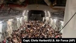 Avganistanci u američkom vojnom avionu