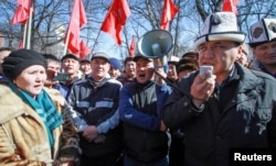 FILE: Supporters of detained opposition politician Omurbek Tekebayev, the leader of the Ata Meken (Fatherland) party, hold a rally in Bishkek, Kyrgyzstan, Feb. 26, 2017.