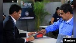 """El presidente de Venezuela, Nicolás Maduro, compra su certificado de """"ahorro en oro"""" en el Banco Central. Foto: Cortesía vía Reuters."""