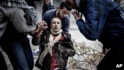 叙利亚大城阿勒颇邻近地区民众2013年1月13日帮助一个遭受迫击炮攻击而受伤的人士