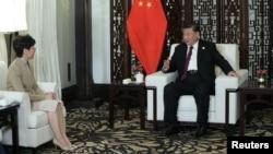 시진핑 중국 국가주석이 4일 상항이에서 열린 국제무역박람회에서 캐리 람 홍콩 장관과 만났다.
