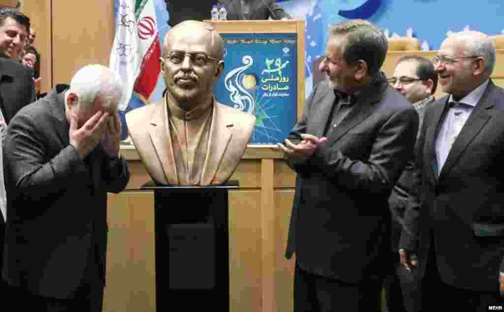 رونمایی از سردیس محمد جواد ظریف در روز ملی صادرات
