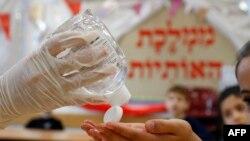اسرائیل کے سکول میں بچوں کو ہیینڈ سینیٹائزر دیا جا رہا ہے۔