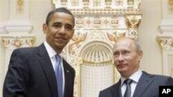 Prezident Barak Obama (chapda) Moskvada Bosh vazir Vladimir Putin mehmoni. 7-iyul, 2009-yil.