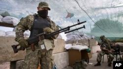 Militan pro-Rusia memblokade sebuah jalan raya utama di Ukraina timur (foto: dok).