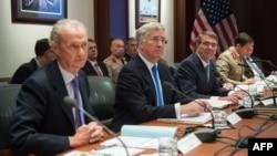De droite à gauche, le ministre espagnol de la Défense Pedro Morenes, le secrétaire d'État britannique pour la défense Michael Fallon et le ministre américain de la Défense Ashton Carter, le 4 mai 2016 à Stuttgart, Allemagne.