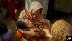 شمائلہ کی بہن کو اسکے گھر والے تسلی دے رہے ہیں۔