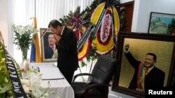 Đại sứ Trung Quốc ở Việt Nam Khổng Huyễn Hựu lau mặt khi đến viếng cố Tổng Thống Venezuela Hugo Chavez tại đại sứ quán Venezuela ở Hà nội ngày 8/3/2017. (Ảnh Reuters)
