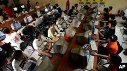 Remaja China menggunakan komputer di internet cafe di Beijing (foto; ilustrasi).