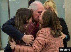 El ex alcalde de Caracas y ex prisionero político Antonio Ledezma es recibido en el aeropuerto de Madrid por su esposa Mitzy Capriles y sus dos hijas, tras escapar el viernes de Venezuela.