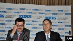 Šef Misije OEBS-a na Kosovu Verner Almhofer i njegov zamenik Edvard Džozef govore u Prištini o predsedničkim i parlamentarnim izborima Republike Srbije koji se sprovode i na Kosovu.