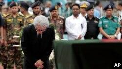 جاپان کے سفیر مساتو وتانابے دعائیہ تقریب میں مرنے والوں کو خراج تحسین پیش کر رہے ہیں۔