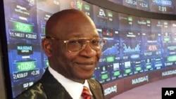 Dr. Isa Odidi a kasuwar NASDAQ jim kadan kafin ya kada kararrawar bude kasuwar, dake New York, Jumma'a, 22 Oktoba, 2010