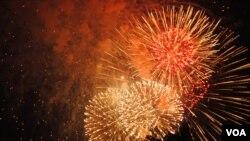 Pháo hoa thắp sáng bầu trời ở thủ đô Washington trong Lễ Ðộc Lập 4/7/2012