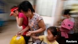 지난 2007년 11월 북한을 탈출한 여성과 아동들이 태국 치앙라이의 법정을 떠나고 있다. 이들은 중국과 미얀마, 라오스를 거쳐 태국에 도착했으며, 태국에 임시 구금됐다가 최종 목적지인 한국으로 송환됐다.