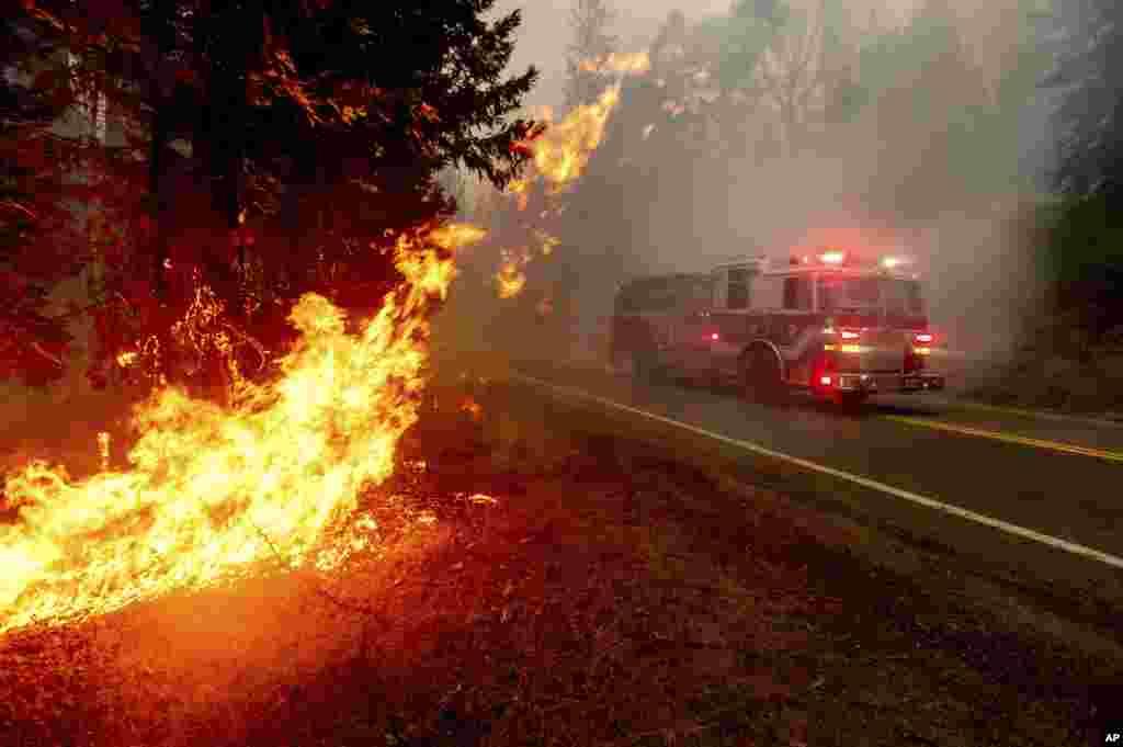 California eyaletindeki Fresno County'de itfaiye ekipleri yangın söndürme çalışmalarına katılıyor, 7 Eylül 2020.
