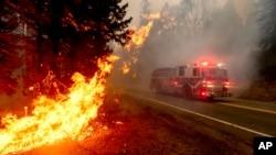 រថយន្ដពន្លត់អគ្គីភ័យមួយគ្រឿងបើកកាត់ផ្លូវ Highway 168 ដើម្បីពន្លត់ភ្លើងឆេះព្រៃ Creek Fire នៅក្នុងសង្កាត់ Fresno រដ្ឋ California សហរដ្ឋអាមេរិក ថ្ងៃទី៧ ខែកញ្ញា ឆ្នាំ២០២០។
