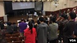 부산 수영로교회 통일비전공동체를 담당하고 있는 송영섭 목사(강단 아래)가 기도회를 인도하고 있다.