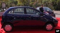 Ông Ashesh Dhar trưởng bộ phận bán hàng của công ty Tata Motors đứng cạnh chiêc xe mới Tata Vista của hãng vừa tung ra thị trường, 21/1/14