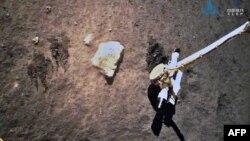 کاوشگر چینی در حال جمع آوری نمونهها از سطح مهتاب