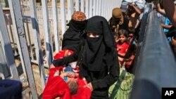 지난 17일 시리아 난민들이 폭력사태를 피해 터키 국경지역으로 이동하고 있다.