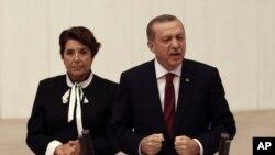 Umukuru w'igihugu ca Turukiya Recep Tayyip Erdogan ashikiriza ijambo mu nama nshingamateka